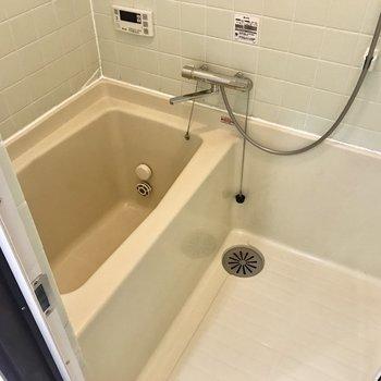 お風呂は狭めだけど、しっかり追い焚き付き!窓もあって、ひとりで入る分には程よい感じ