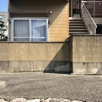お部屋を道路側から見ると。塀がいい仕事してますね!