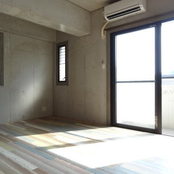 窓が3つ!光がたっぷり入ります。エアコン付きも助かる◎
