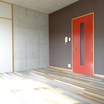 カラーウッドの床が素敵。家具はどんなふうに置こうかな。