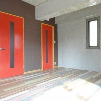 コンクリート打ちっぱなしにテラコッタカラーの扉がアクセント!
