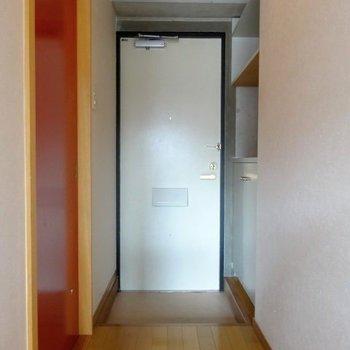 玄関は土間もしっかり。飾り棚付きなので、鍵を置いたり、小物を飾ったり♪(※廊下は洋室と同じ柄の床になります)