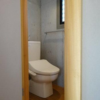 ウォシュレット付きのトイレ。窓付きで換気できる!