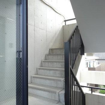 共用廊下もコンクリート打ちっぱなしでオシャレなんです。