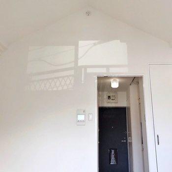 三角屋根の影遊び