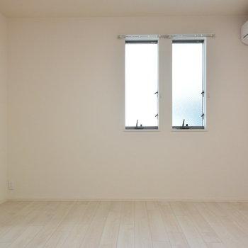 この窓辺にソファを置きたいな
