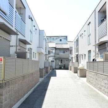 住宅街のなかに突如現れるマンション群
