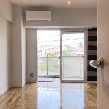居室の扉を開けると、明るい空間。