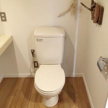 トイレの横にもオブジェ。ウォシュレットは持ち込みで取り付けられます。