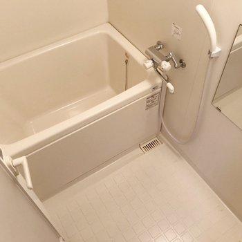 お風呂は深さゆったり。サーモ水栓が使いやすい!