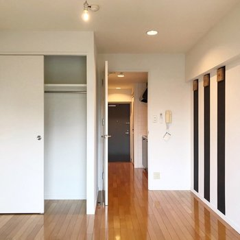 ドアの横には小さなデスクを置きたいな。