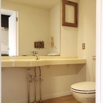 脱衣所は広々!中にトイレがあります。