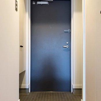 玄関周りもゆったり。傘立ては右側の凹みに置けそうです。
