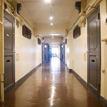 一見住宅団地のような廊下