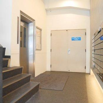 上の階へはエレベーターで