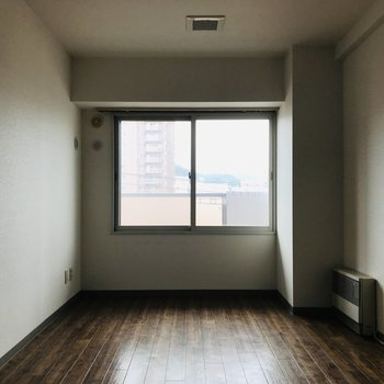 リビング隣の8帖洋室 寝室には充分すぎます
