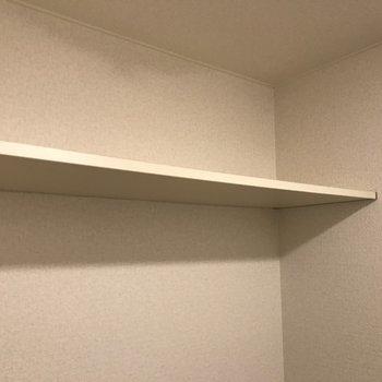 上にはちょっとした棚