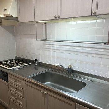 キッチンはシステム式でスッキリ 作業スペースも広めです