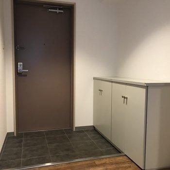 玄関も広め シューズボックスの上には何を置こうかな