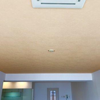 天井はほんのりオレンジ仕様