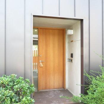 この扉から始まっています