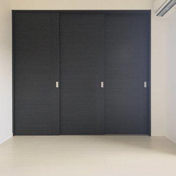扉もダークトーンで落ち着いた雰囲気。※写真はクリーニング前です。(※写真は15階の同間取り別部屋、清掃前のものです)