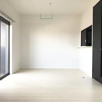キリッと黒が効いてる!※写真はクリーニング前です。(※写真は15階の同間取り別部屋、清掃前のものです)
