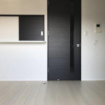 キッチンの小窓がチャーミング。(※写真は15階の同間取り別部屋、清掃前のものです)