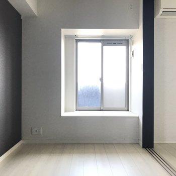 リビングのお隣は洋室。引き戸を開けて伸びやかに使いたい。(※写真は15階の同間取り別部屋、清掃前のものです)