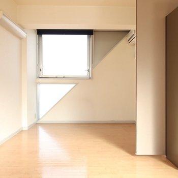 □と△の窓が幾何学的(※写真は4階似た間取り別部屋、清掃前のものです)