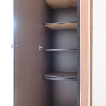 シューズBOX兼収納としても使えるかな(※写真は4階似た間取り別部屋、清掃前のものです)