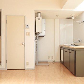 インテリアの一部のようなキッチン!(※写真は4階似た間取り別部屋、清掃前のものです)