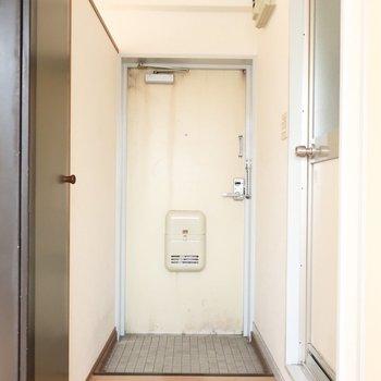 玄関はシンプルな雰囲気(※写真は4階似た間取り別部屋、清掃前のものです)