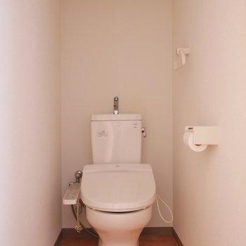 個室トイレには上部棚あります。