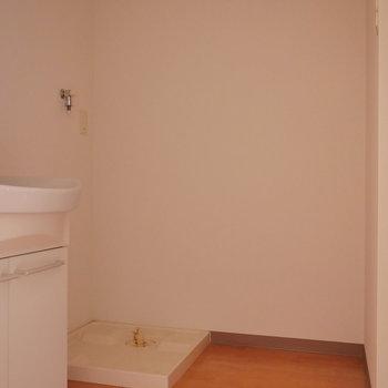 ゆとりある脱衣所。 洗濯機置場は室内に。