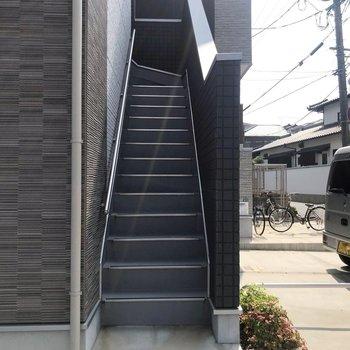 お部屋まではこの階段をのぼってね