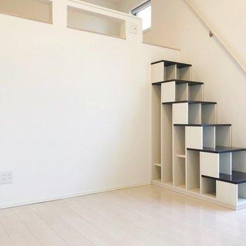 階段は棚になっていて、実用性も◎(※写真は清掃前のものです)