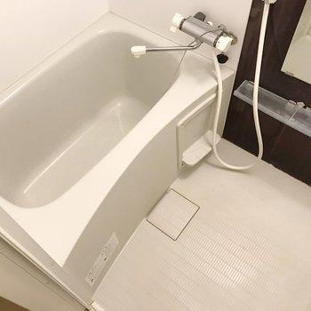 お風呂はサーモ水栓で使いやすい!(※写真は清掃前のものです)