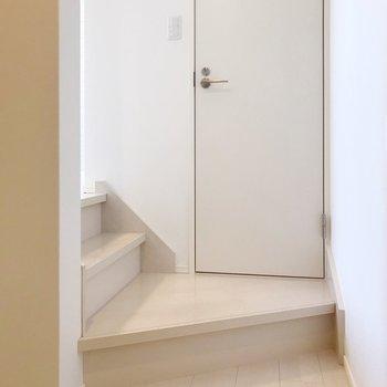階段をちょっとあがってトイレ(※写真は清掃前のものです)