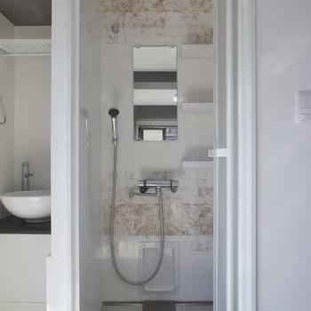 浴室はシャワーブース