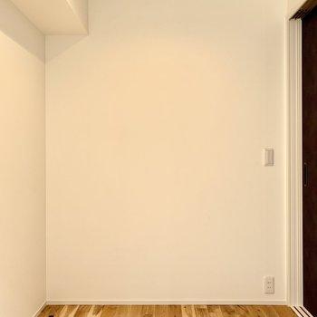 【洋室】シングルベッドと小さな収納など置けそうです。