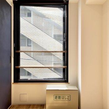 【洋室】大きな窓で光も入ります。