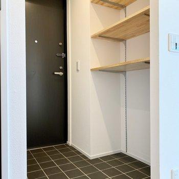 玄関はゆったり。シューズボックスも高さ調節自由です!
