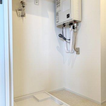 棚付きの洗濯機置き場。