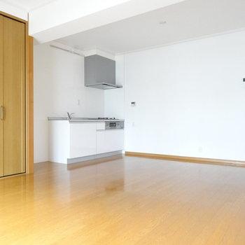 キッチン横には冷蔵庫置けます◎上にはおしゃれな照明(※写真は2階の同間取り別部屋のものです)