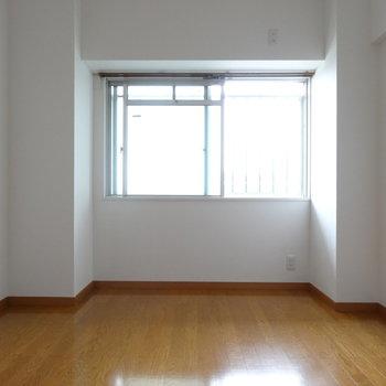 玄関横の洋室。こちらの窓は共用部につながっています(※写真は2階の同間取り別部屋のものです)