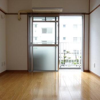 LDK横の洋室。こちらもバルコニー側につながる窓が!(※写真は2階の同間取り別部屋のものです)