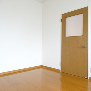 このお部屋は寝室かな〜?(※写真は2階の同間取り別部屋のものです)