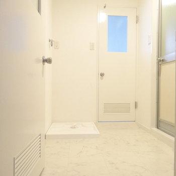 脱衣所も広〜い!洗濯機置場と洗面台。奥はトイレに通じる扉(※写真は2階の同間取り別部屋のものです)