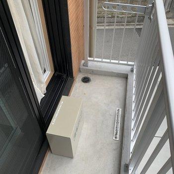 バルコニーもついていますので、洗濯物も干せます。※写真は2階の同間取り別部屋のものです